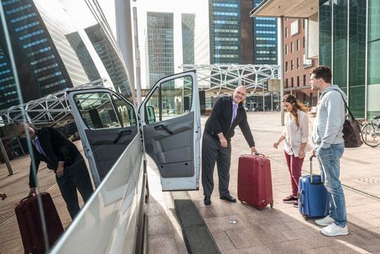 nakladanie batožiny do vozidla na letisku