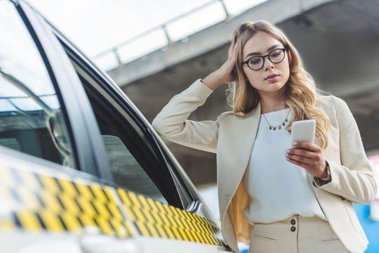 žena nastupuje do taxíku
